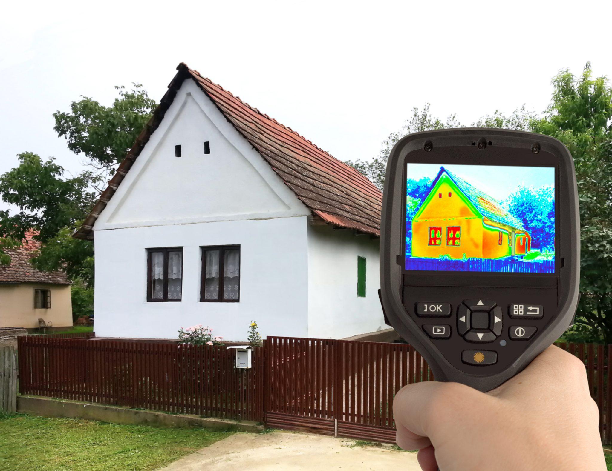 Caméra thermique donnant l'image thermique infrarouge d'une vieille maison