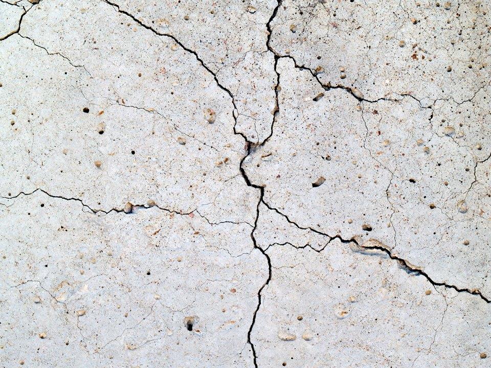 Dalle fissurée causée par la pyrite.