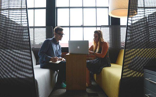 Inspecteur en bâtiment Gatineau - Notre équipe d'inspecteurs à l'oeuvre ! Deux membres sont assis devant un ordinateur et discutent