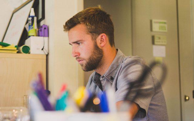 Un inspecteur de maison concentré sur son travail au bureau