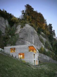 Maison moderne en flanc de montagne
