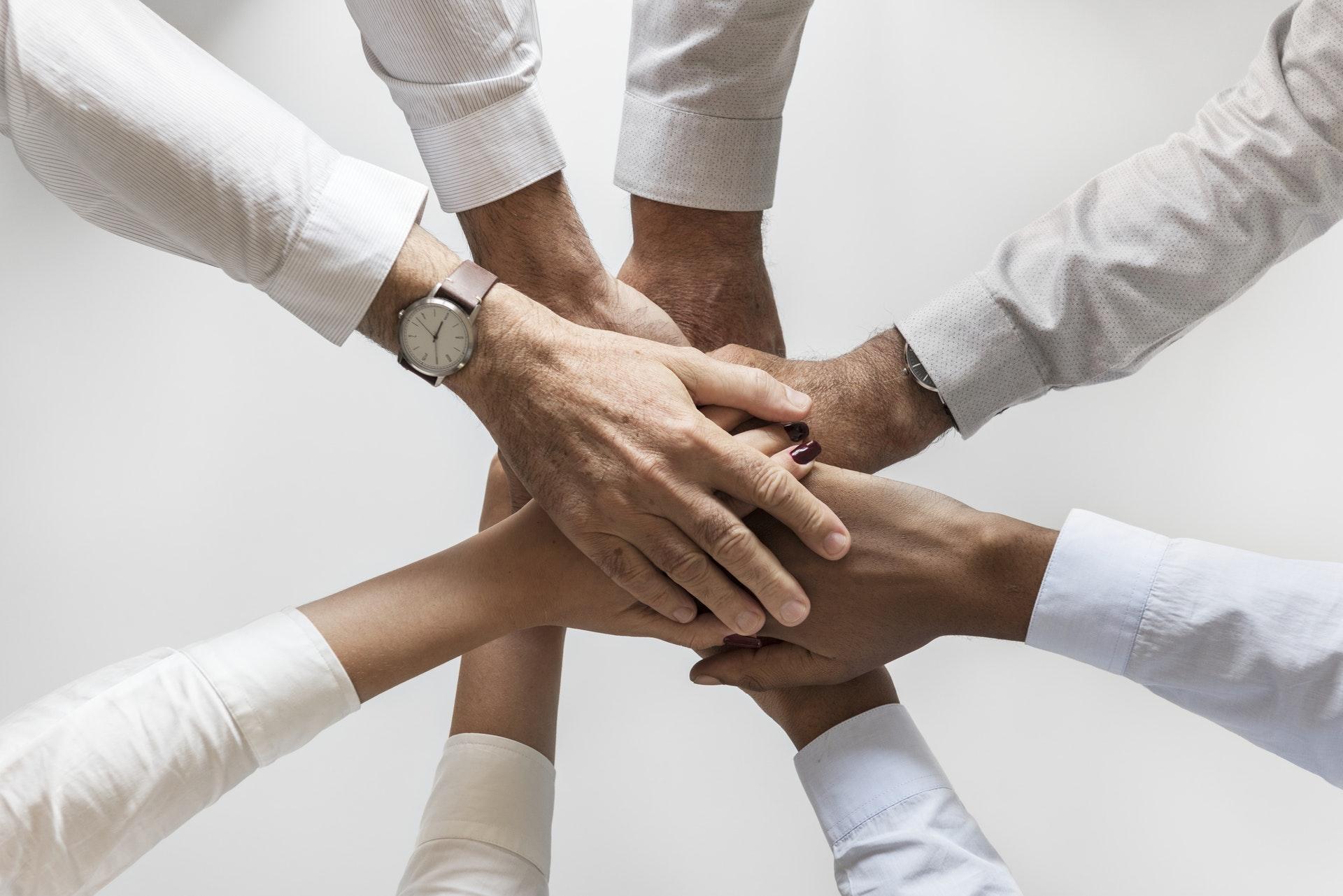 Partenariat entre entrepreneurs, tous avec la main au centre