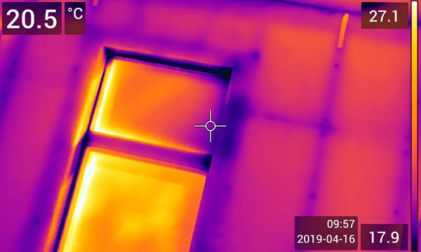 Image thermique de probleme d'isolation au pourtour des fenêtres