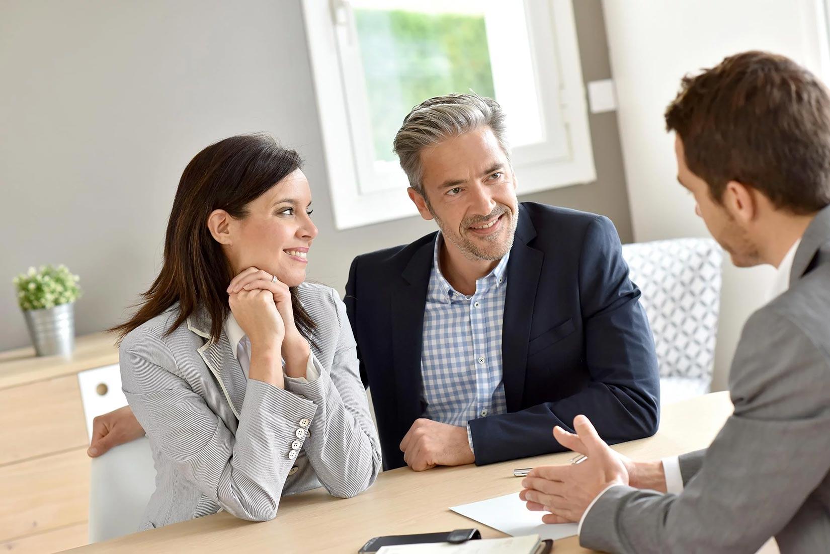 Couple de clients satisfaits devant un expert